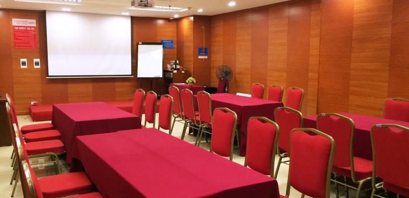 Sắp xếp bàn ghế phù hợp với phòng họp